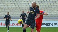 Tomáš Smola bojuje o míč