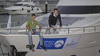 Tenisté Andy Murray (vpravo) a Novak Djokovič na jachtě v Abu Zabí.