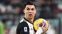 Fotbalista Juventusu Turín Cristiano Ronaldo drží míč během zápasu Serie A proti AC Milán