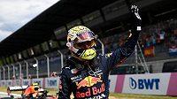 Max Verstappen se raduje z triufmu v kvalifikaci na Velkou cenu Rakouska.