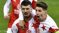 Ondřej Kúdela ze Slavie (vlevo) se raduje se spoluhráčem Lukášem Masopustem z gólu, který vstřelil z penalty.