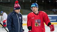 Reprezentační útočník Petr Koukal v diskuzi s trenérem hokejového národního týmu Josefem Jandačem.