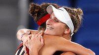 Belinda Bencicová přijímá gratulaci od Markéty Vondroušové