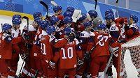 Čeští hokejisté oslavují výhru nad Švýcarskem.