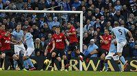 Pablo Zabaleta z Manchesteru City (vpravo) střílí vyrovnávací gól v utkání proti Manchesteru United.