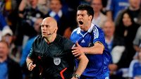 Rozzuřený fotbalista Chelsea nahání sudího Toma Henninga Övreböa v semifinále Ligy mistrů 2009.
