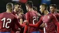 Hráči České republiky se radují z gólu.