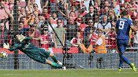 Chytání penalt není v posledních měsících oblíbenou disciplínou brankáře Petra Čecha (ilustrační foto).