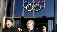 Čínský prezident Si Ťin-pching (vlevo) vychází společně s prezidentem Mezinárodního olympijského výboru Thomasem Bachem ze sídla MOV v Lausanne.
