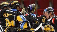 Litvínovští hokejisté se radují z prvního gólu proti Karlovým Varům.