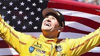 Pilot Ryan Hunter-Reay slaví triumf v závodě 500 mil v Indianapolis.