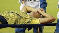 Obránce Leverkusenu Arias je odnášen na nosítkách
