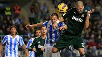 Stoper Realu Pepe (zcela vpravo) v hlavičkovém souboji s Ignaciem Camachem v ligovém duelu proti Málaze