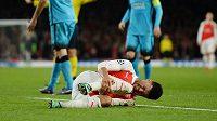 Alex Oxlade-Chamberlain se zranil v zápase s Barcelonou.