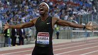 Katarský atlet Abderrahman Samba slaví vítězství v běhu na 400 m překážek na Diamantové lize v Římě.