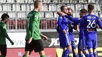 Hráči Olomouce (vpravo) se radují z prvního gólu.