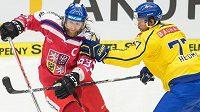 Český útočník Jakub Voráček se snaží vyhnout švédskému zadákovi Victoru Hedmanovi.