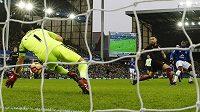 Častý obrázek posledních týdnů - Claudio Bravo inkasuje... Tentokrát ho překonává Romelu Lukaku z Evertonu (vpravo).
