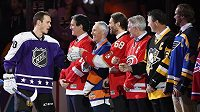 Jonathan Toews gratuluje největším hvězdám historie NHL při Utkání hvězd. S číslem 68 Jaromír Jágr, po jeho levici Ron Francis a Mario Lemieux.