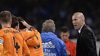 Asistent trenéra Realu Madrid Zinedine Zidane (uprostřed).