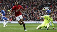 Marcus Rashford dává první gól Manchesteru United proti Chelsea.
