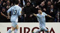 Sergio Agüero (vpravo) oslavuje gól Manchesteru City proti Portu