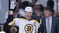 Zdeno Chara z Bostonu si vychutnává aplaus bostonského publika.