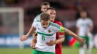 Steven Davis ze Severního Irska a český obránce Pavel Kadeřábek během utkání Česká republika - Severní Irsko.