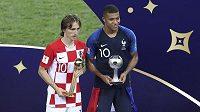 Luka Modrič (vlevo) pózuje s trofejí pro nejlepší hráče MS, Kylian Mbappé s tou pro nejlepšího mladého hráče turnaje.