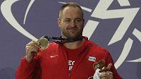 Halový mistr Evropy Tomáš Staněk si zlatou medaili musel na krk nasadit sám.