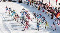 Biatlonistky na prvním úseku závodu smíšených štafet na MS v rakouském Hochfilzenu.