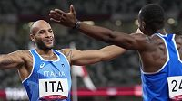 Lamont Marcell Jacobs (vlevo) a Eseosa Desalu se radují z nečekaného triumfu