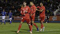 Alvaro Odriozola (19) z Realu Madrid se spoluhráči se raduje z gólu proti Melille.