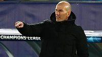 Trenér Zinédine Zidane uděluje pokyny svěřencům z Realu Madrid v utkání Ligy mistrů.