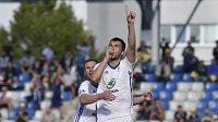Nikolaj Komličenko z Boleslavi (vpravo) se raduje z gólu z penalty se spoluhráčem Murisem Mešanovičem.