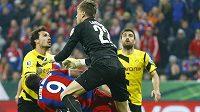 Brankář Dortmundu Mitchell Langerak takto srazil útočníka Bayernu Roberta Lewandowského.