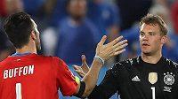 Brankář Manuel Neuer přijímá gratulaci od Gianluigi Buffona po penaltovém rozstřelu.