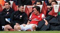 Tomáš Rosický strávil převážnou část letošního ročníku na lavičce náhradníků Arsenalu. Dres Kanonýrů oblékne i v příští sezóně.