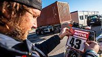 Jan Brabec lepí číslo na motorku Anežku...