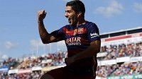 Luis Suárez oslavuje svůj druhý gól v síti Granady.
