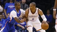 Russell Westbrook (0) z Oklahomy a Chris Paul (3) z Los Angeles Clippers.