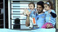Luis Suárez se svými potomky synem Benjaminem (vlevo) a dcerou Delfinou mává po příletu do Montevidea uruguayským příznivcům.