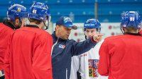 Trenér české hokejové reprezentace Josef Jandač udílí pokyny svým svěřencům.