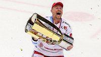 S Masarykovým pohárem pro vítěze extraligy se raduje třinecký útočník Martin Adamský.