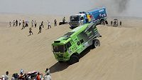 Martin Kolomý s tatrou přejíždí jednu z dun při Rallye Dakar, v závěsu Eduard Nikolajev s kamazem.
