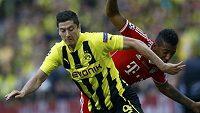 Fotbalista Borussie Dortmund Robert Lewandowski (vlevo) stíhaný Jeromem Boatengem ve finále Ligy mistrů ve Wembley.