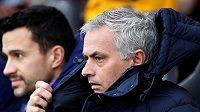 José Mourinho na lavičce Tottenhamu v ligovém utkání se Southamptonem.