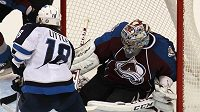 Brankář Colorada Semjon Varlamov v akci při střele Bryana Littlea z Winnipegu.