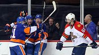 Jaromír Jágr (68) mohl jen smutně příhlížet, jak obránce NY Islanders Thomas Hickey (14) jásá po rozhodující brance třetího utkání série společně se Shanem Princem (11) a Joshem Baileyem (12).