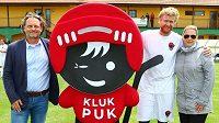 Hokejista Jakub Voráček (druhý zprava) se svou sestrou Petrou Klausovou a fotbalistou Lukášem Zelenkou na charitativní akci Hokejky pro Kluka Puka.